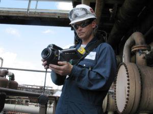 Inspekce během úplného provozu ruční termokamerou FLIR pro detekci úniků plynů.